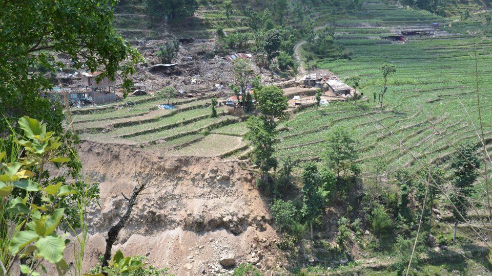 Nepál: Sinpalčuk 2015. Lidé bydlí pod plachtami, jejich domy skončily v troskách