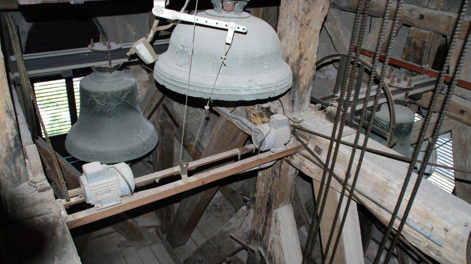 Zvony na věži jsou z 90. let. Hodinové cymbály jsou však mnohem starší