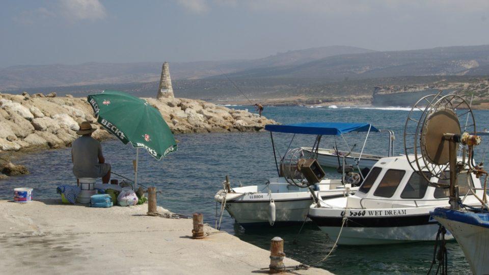 Přímo pod restaurací je malý rybářský přístav