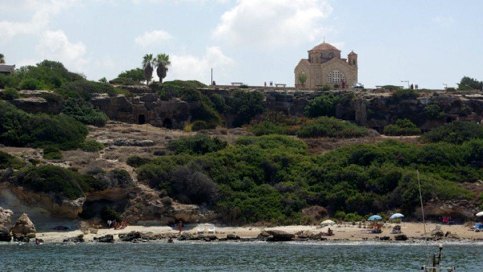 Kostel svatého Jiřího, ke kterému restaurace patří