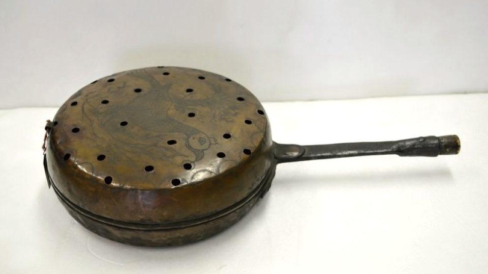 Nakuřovadlo k pálení vonných bylin, z měděného plechu, Plzeňsko, počátek 19. století