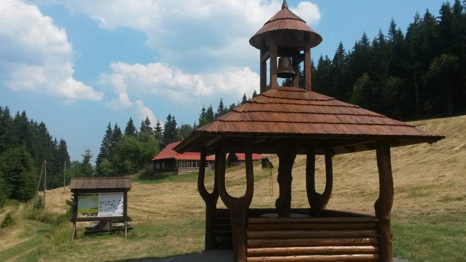 Nová zvonička v osadě Javořinka v Bílé v Beskydech