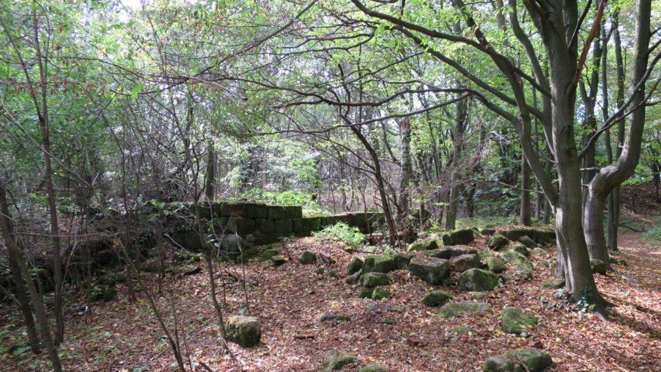 Kameny byly rozebrány, na několika místech ale zůstaly zbytky budov