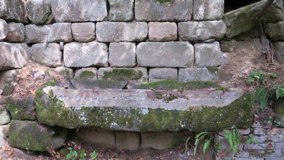Pískovcové žlaby jsou několik staletí staré a přední stranu už bylo nutné opravit