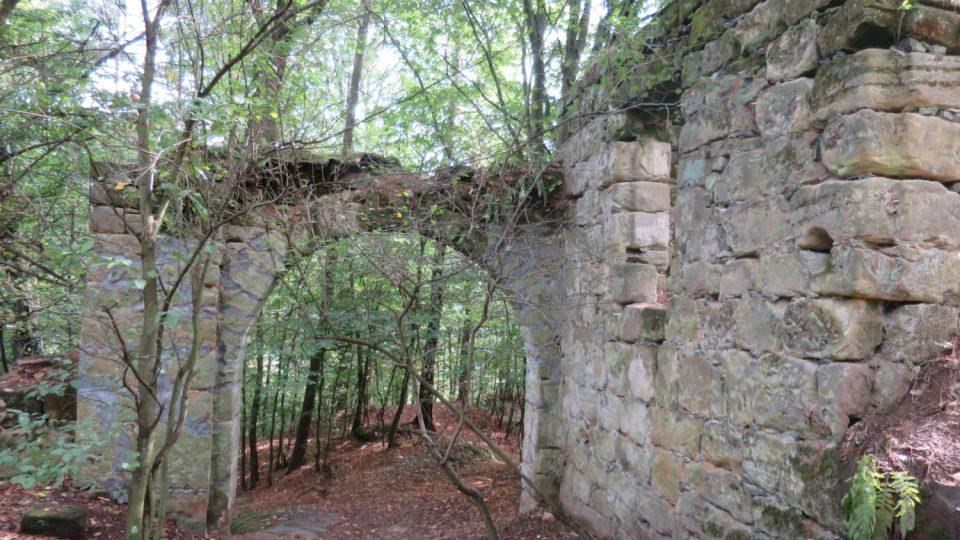 Vstupní brána dodnes svědčí o dávném významu statku