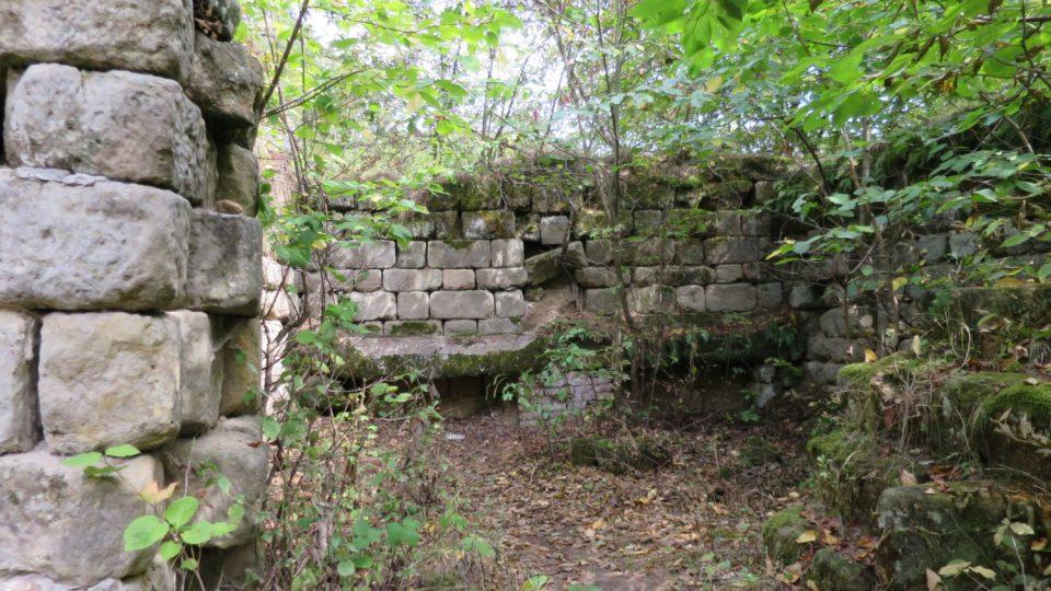 Zadní část a chlév, kde kdysi stávali koně
