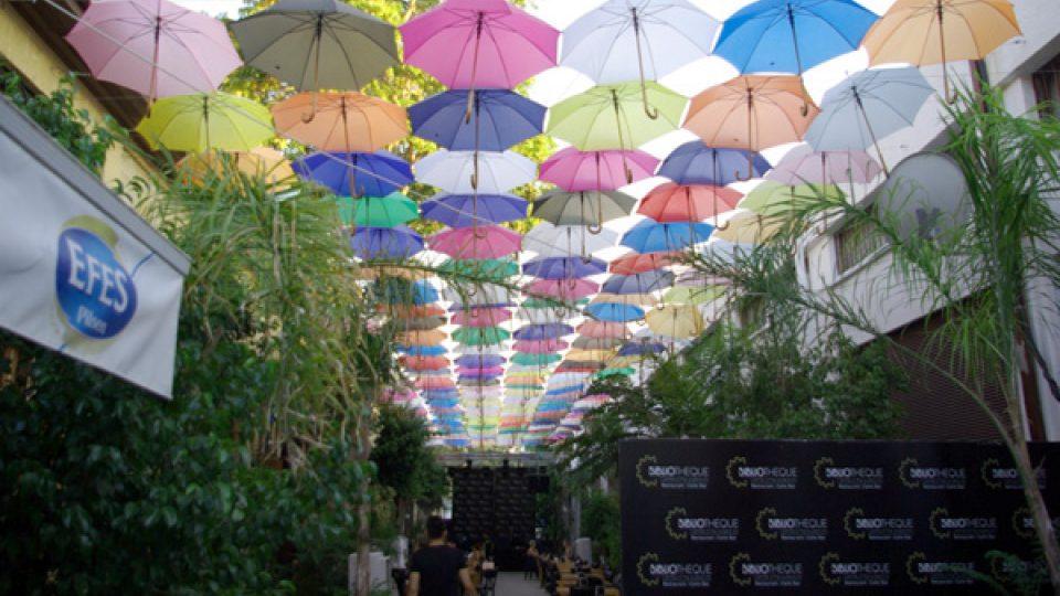 V Nikósii se nosí deštníky proti slunci