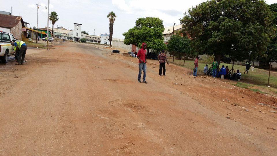Muži čekající na pracovní šanci v Kitwe