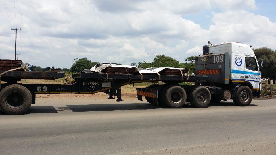 Převoz měděných plátů ve městě Kitwe