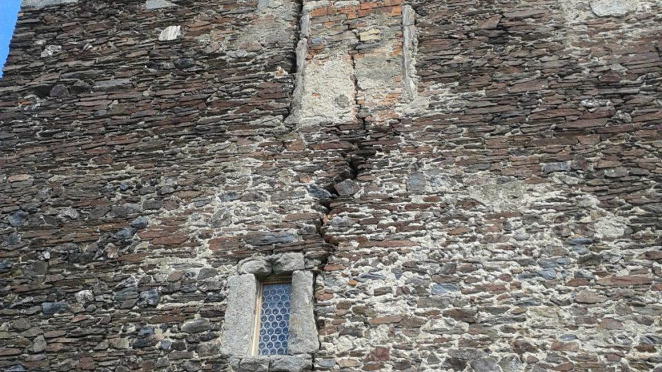 Původní zdi jsou zachovány, ale najdeme tu už pukliny jako svědectví dávných bojů