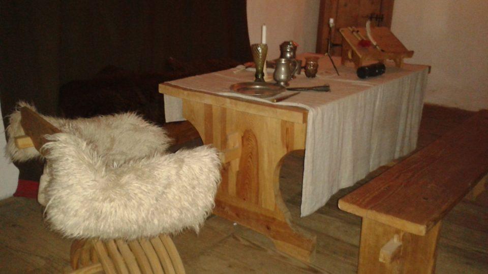 Takto nějak kdysi vypadal pracovní stůl majitele, kde podepisoval různé smlouvy a zároveň užíval soukromé večeře