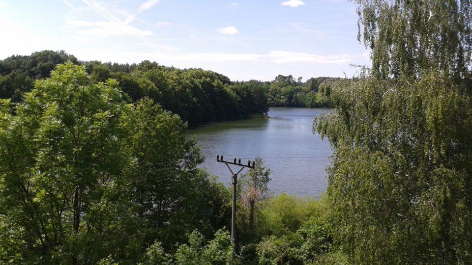 Výhled z tvrzi je impozantní - před tvrzí je krásný rybník