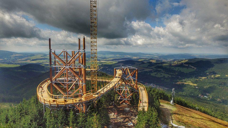 Stezka v oblacích na hoře Slamník