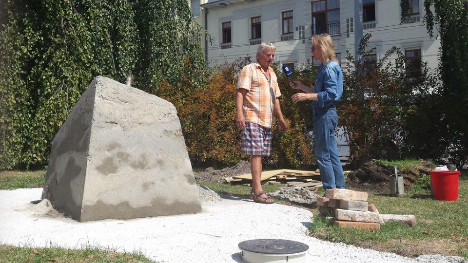 Vladimír Vopalecký s redaktorem Zdeňkem Zajíčkem u základu pomníku letcům RAF
