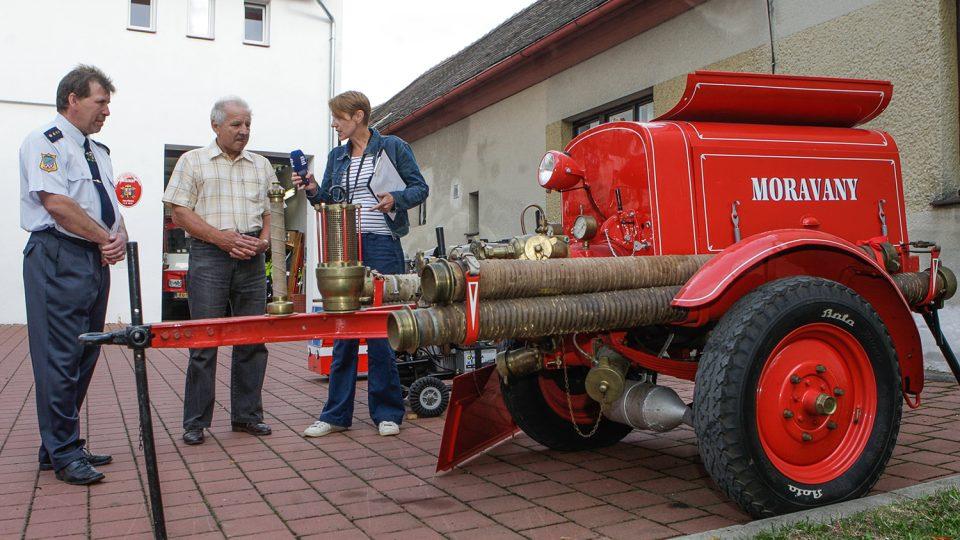 Hasiči z Moravan si hýčkají 85 let starou stříkačku firmy Stratílek