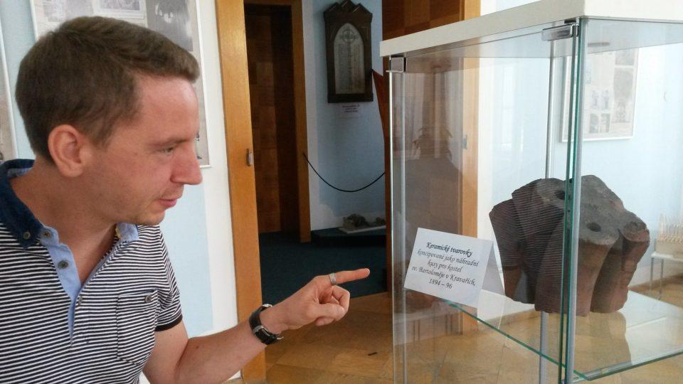 Historik umění Jiří Jung u vystavené keramické tvarovky