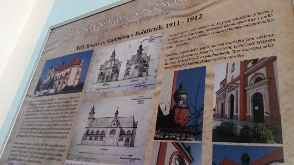 Informační panel představující jeden z kostelů kravařského stavitele