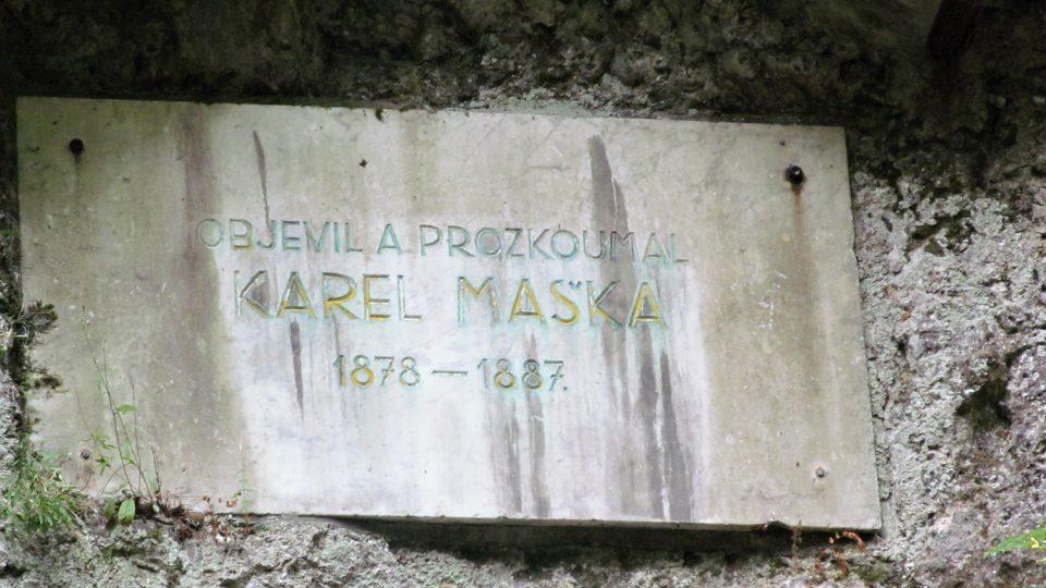 Pamětní deska na počest objevitele jeskyně Karla Maška