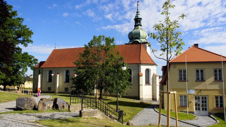 Jiřetín pod Jedlovou - kostel a rekonstruované náměstí
