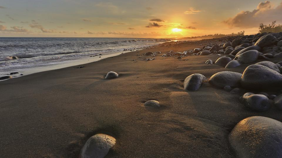 Reunion je prostě rájem pro všechny, kteří chtějí svůj volný čas věnovat aktivnímu odpočinku. Možností je zde nepočítaně. A koho by snad výhledy a náročné turistické trasy přestaly bavit, může přejet k pobřeží a smočit svoje unavené nohy v Indickém oceánu