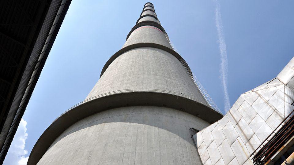 Pohled od paty ukazuje obří rozměry komína