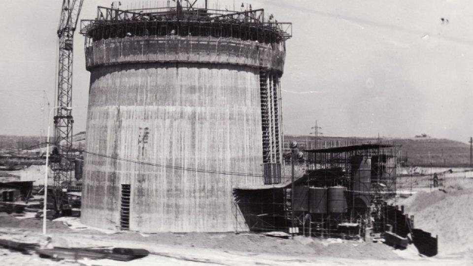 Výstavba komína Chvaletické elektrárny