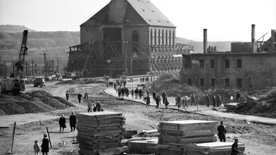 """V pondělí 15. září 1975 dopoledne byl 10.000 tun vážící kostel i s podzemní kryptou oddělen od základů a """"naložen"""" na transportní zařízení – na 53 podvozků"""