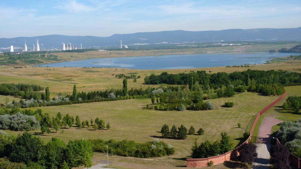 Z věže přesunutého chrámu je dobrý výhled na jezero Most, napuštěné na místech, kde kdysi stálo původní historické město