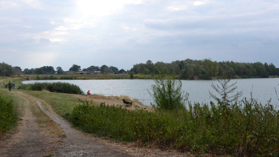 U jezera pravidelně narazíte na rybáře