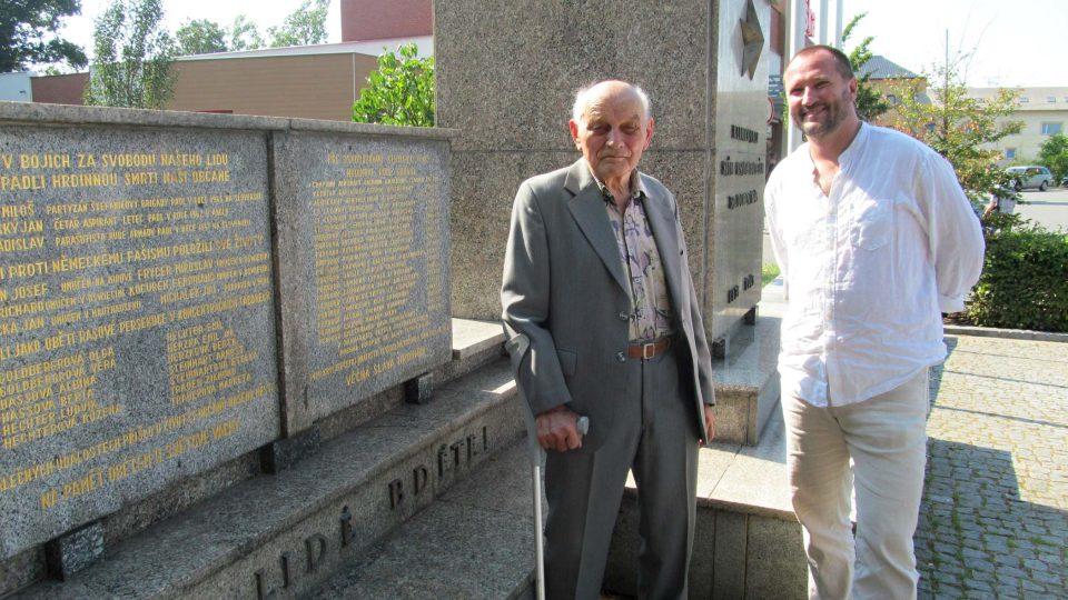 Pamětník Ludvík Monsportu s místostarostou Jakubem Unuckou u památníku