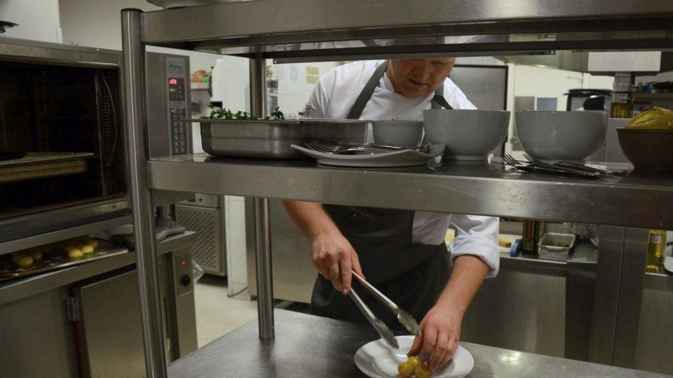 Šéfkuchař Pavel Sapík právě vydává gulášovou polévku