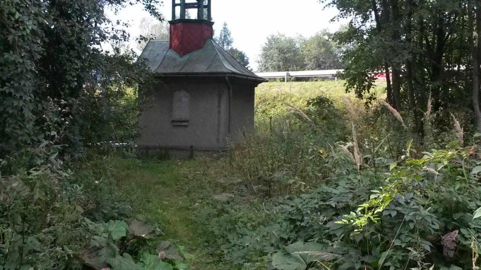 Kaplička v Hrabové cestou k Pilíkům