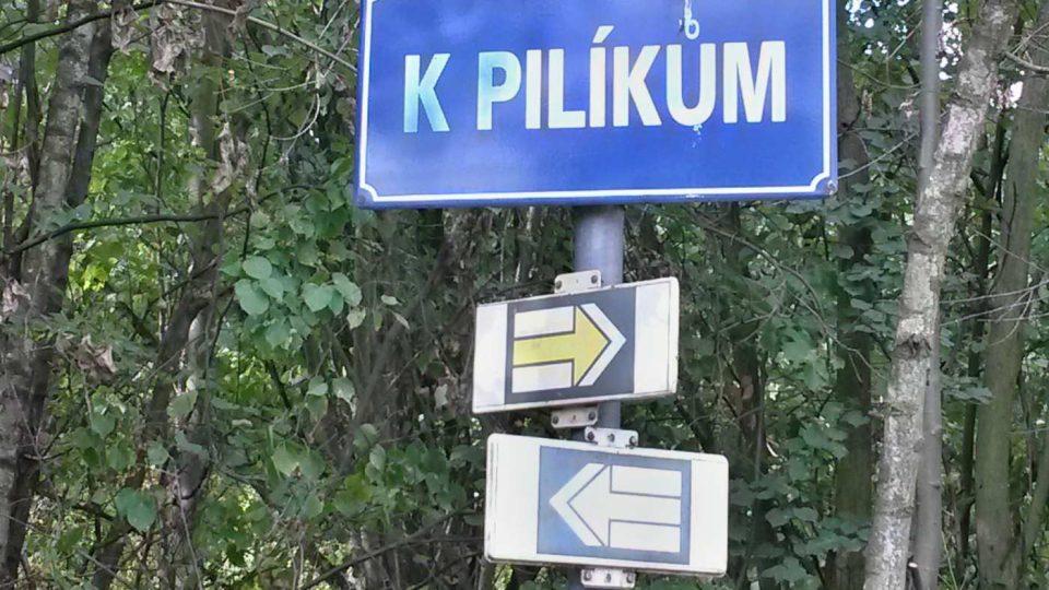Kromě turistické značky místem vede i cyklostezka