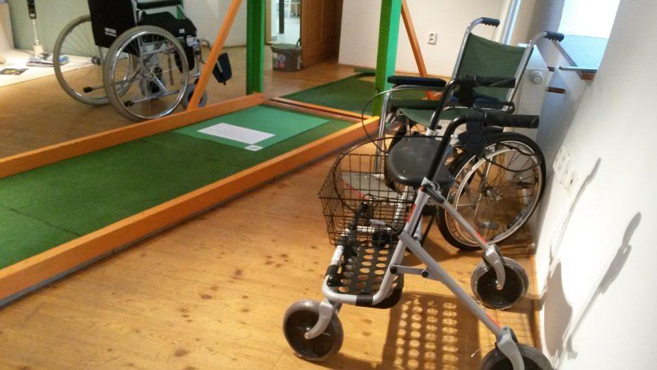 Různé typy vozíků a chodítek