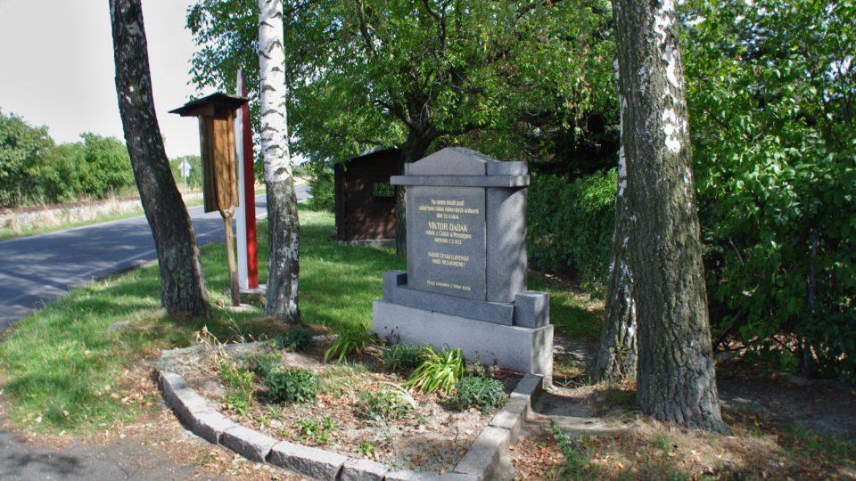 Pomník Viktora Dadáka zastřeleného ve vlaku u Velké Kraše