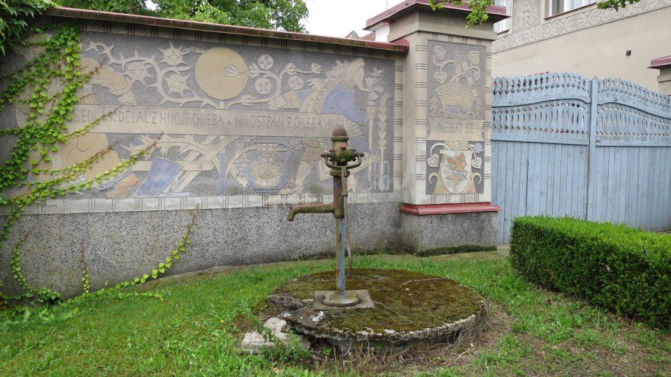 Brána rodného domu Aloise Mudruňky v Uhersku