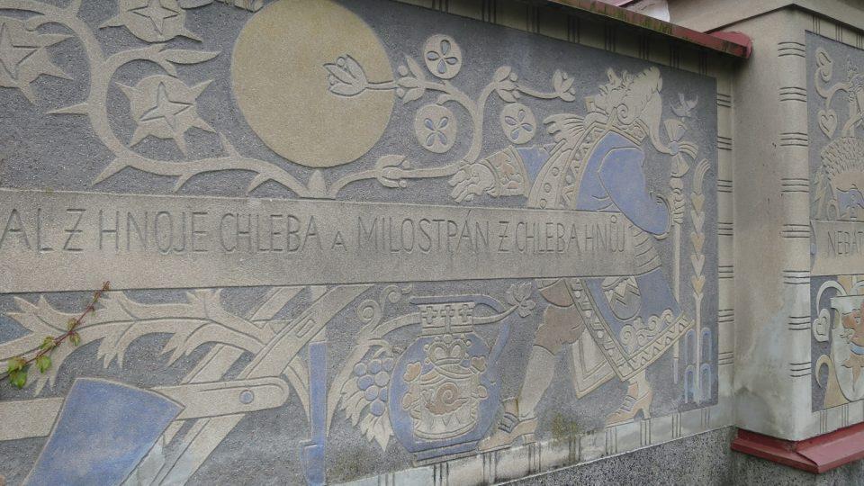 Sgrafito u brány rodného domu Aloise Mudruňky