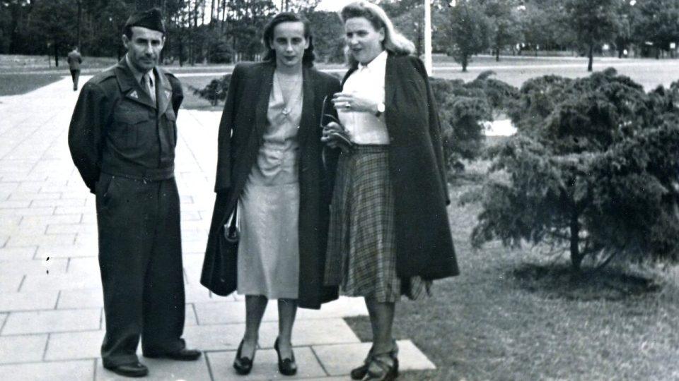 František Lederer s dcerou a manželkou v parku před budovou Radia Luxembourg