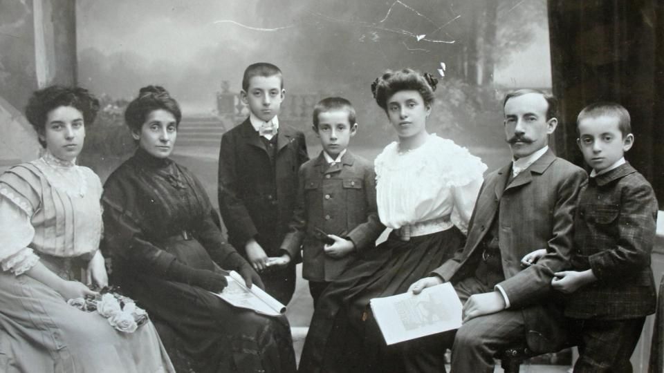 Rodina bankovního úředníka Mořice Lederera z Lokte nad Ohří. Syn František uprostřed - jako jediný válku přežil, všichni ostatní zahynuli v plynových komorách