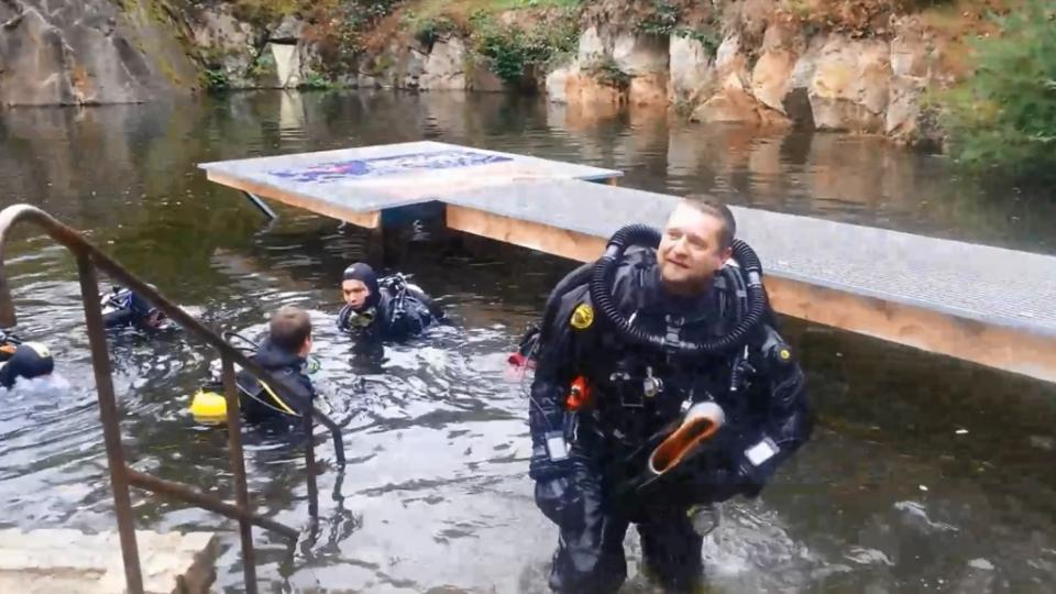 David Vondrášek (v popředí) se po 102 hodinách vynořil nad hladinu