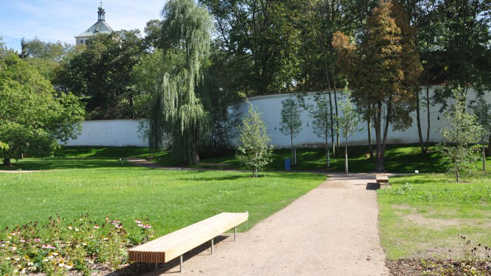 Pohled z Tyršových sadů na pardubický zámek