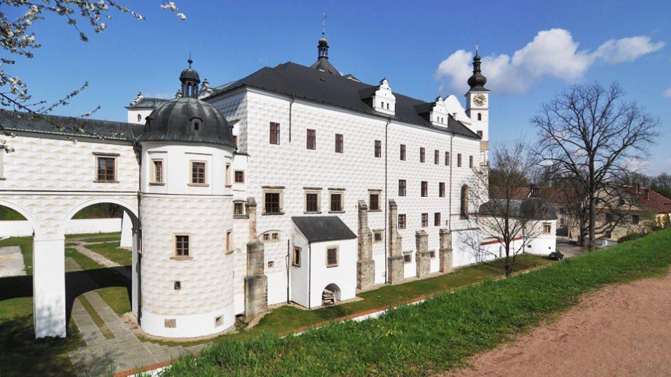 Pohled na pardubický zámek ze zámeckých valů