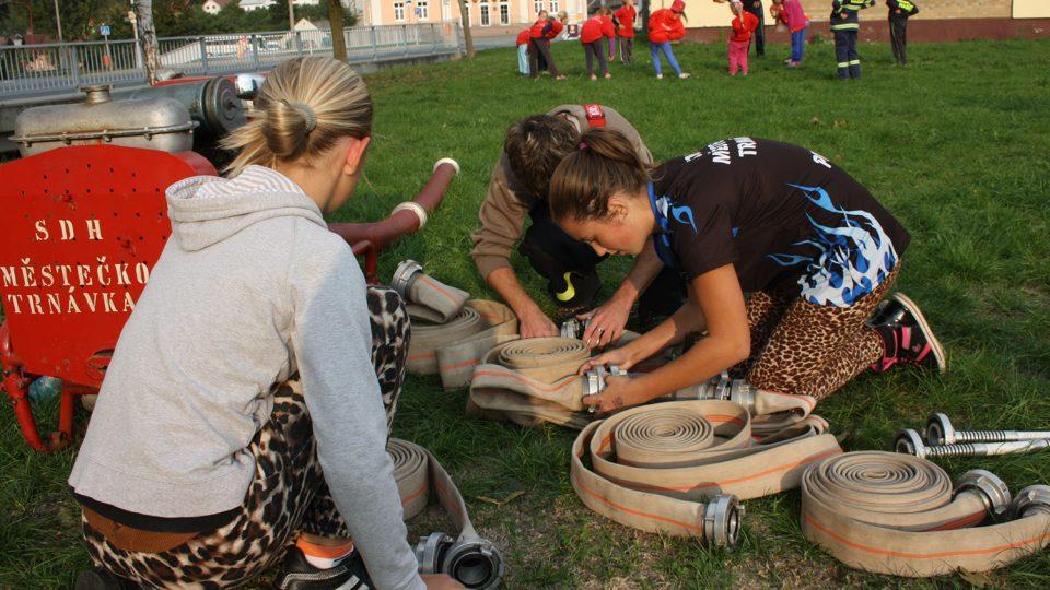 Hasičky při tréninku požárního útoku