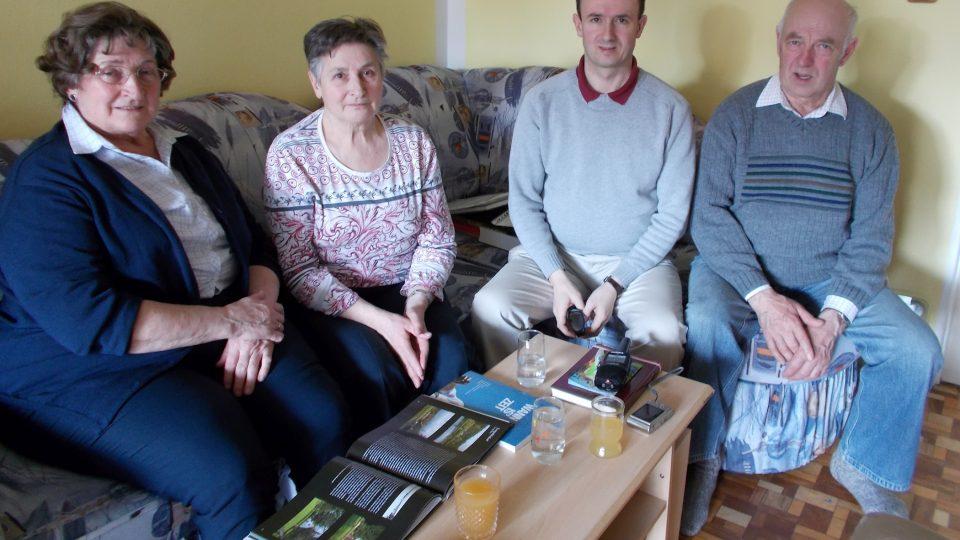 Bernhard Riepl (druhý zprava) s rodiči a s tetou ve svém bytě v Kaplici
