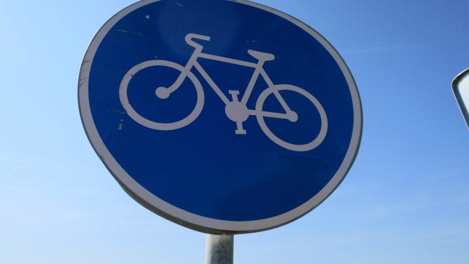 Na silnicích jsou řidiči upozorňováni na cyklisty