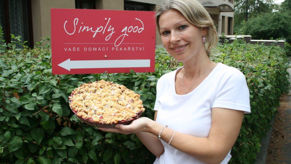 Cukrářka Hana Šemíková s hotovým koláčem