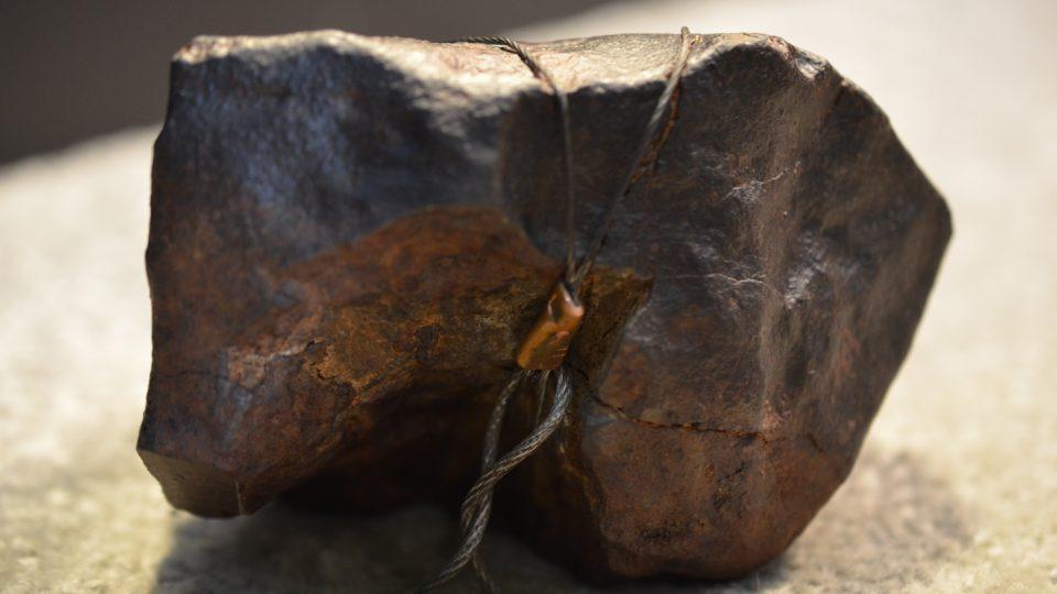 Kamenný meteorit, který si můžete potěžkat