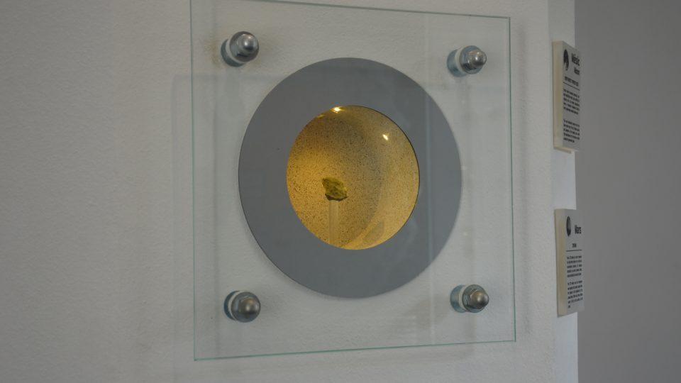 Meteorit z Měsíce, jeho stáří je 4 miliardy let
