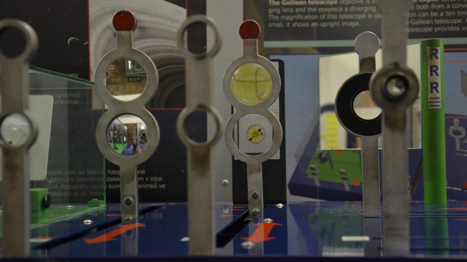 Pokusy z optiky jsou návštěvníkům k dispozici