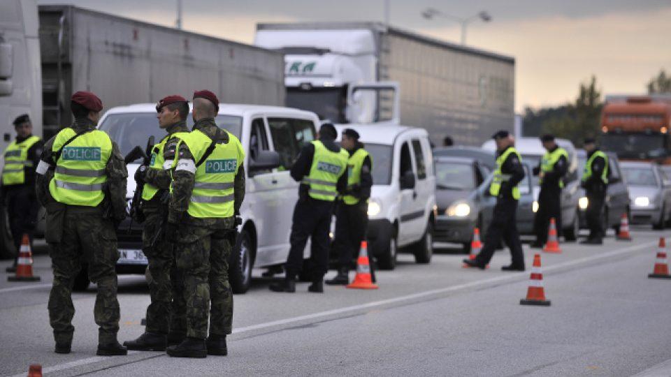 Desítky policistů a vojáků kontrolovaly hraniční přechody do Rakouska v Jihočeském a Jihomoravském kraji